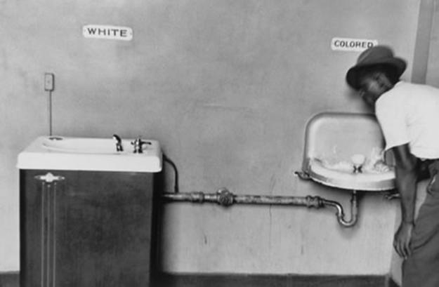 США, Северная Каролина, 1950 г. — Умывальник для белых и умывальник для цветных.