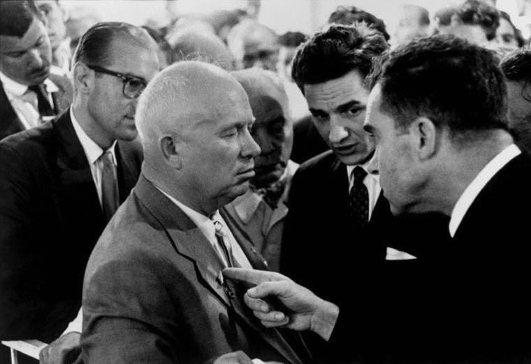 СССР, Москва, Никита Хрущёв и Ричард Никсон, 1959 г. — Выразительный снимок времён холодной войны, в котором указательный палец Никсона направлен на лацкан пиджака Хрущёва.