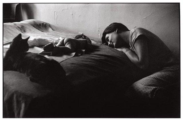 США, Нью-Йорк, 1953 г. — Фотография жены фотографа, которая смотрит на младенца, лежащего на кровати.