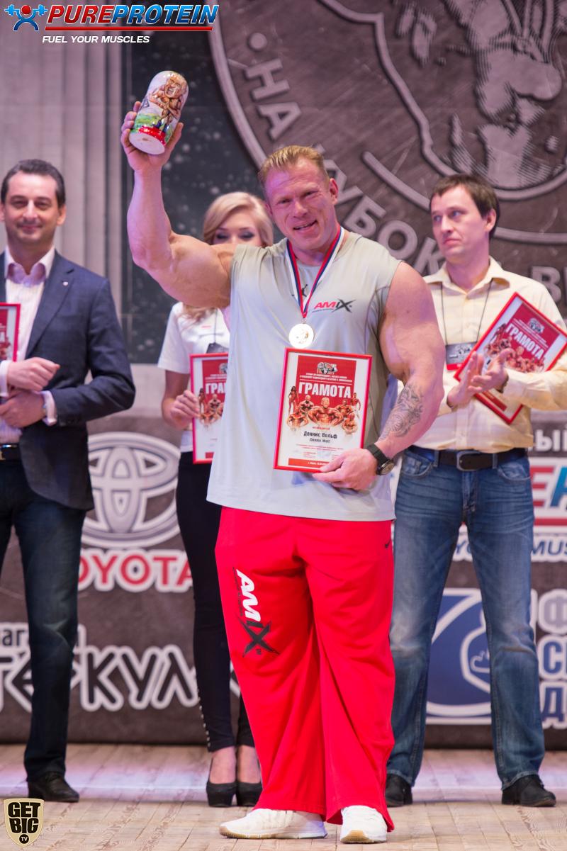 Награждение Денниса Вульфа сувенирами из России