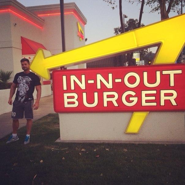 Денис Гусев в ресторане быстрого питания «In & Out»