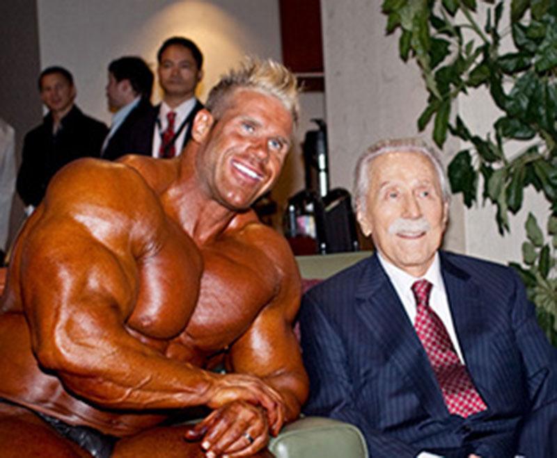 Джо Уайдер, сфотографировавшийся за кулисами вместе с Джеем Катлером, явился создателем турнира «Мистер Олимпия», но никак не участвовал в определении его победителей