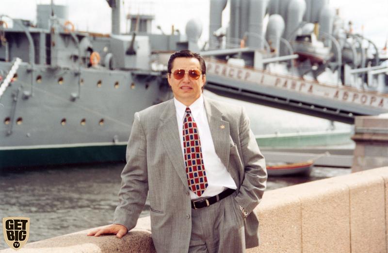 Владимир Дубинин на фоне крейсера «Авроры»