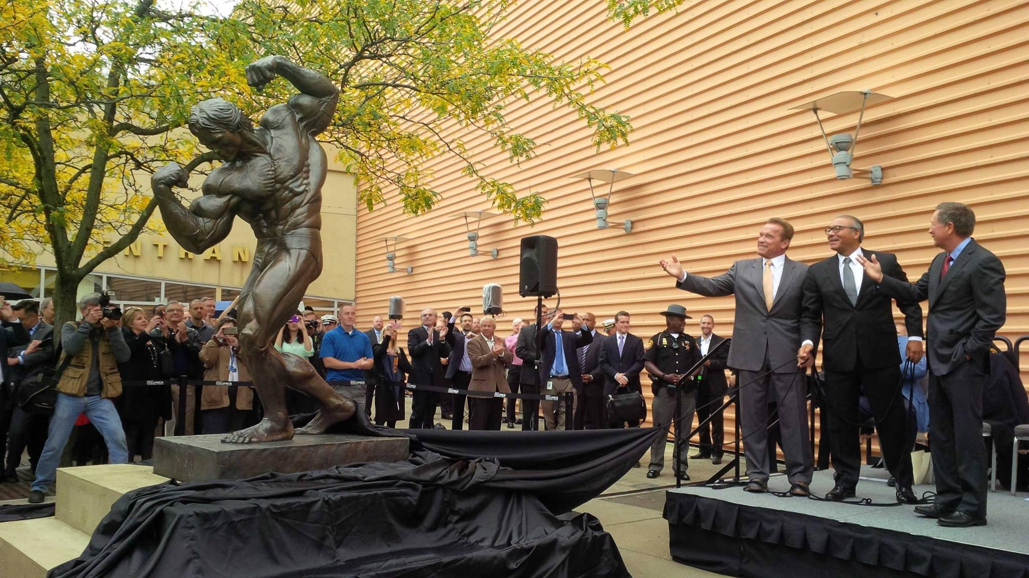 Арнольд Шварценеггер у памятника самому себе в Коламбусе, шт.Огайо