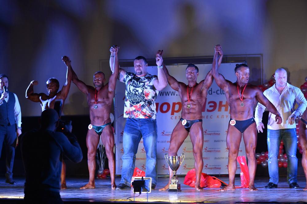 Михаил Сидорычев награждает участников соревнований