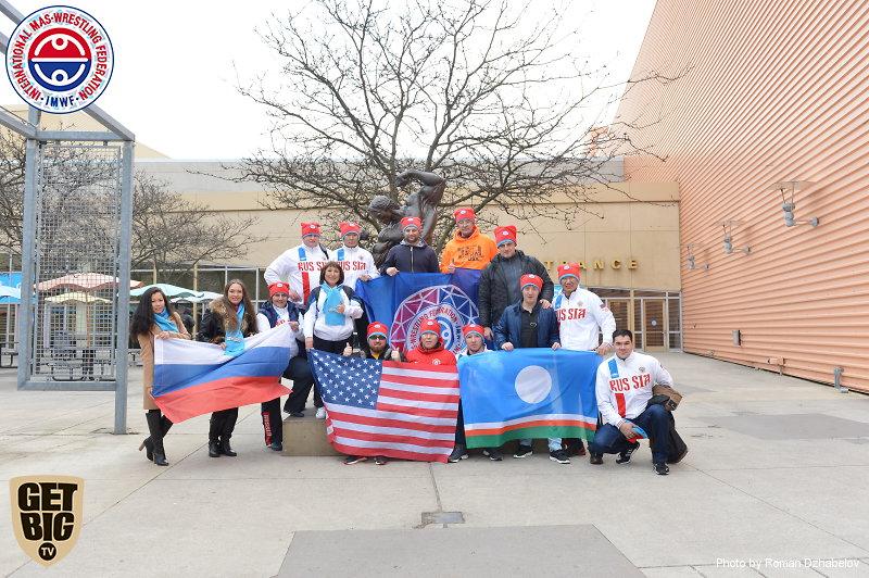 Участники абсолютного чемпионата мира по мас-рестлингу у монумента Арнольду Шварценеггеру