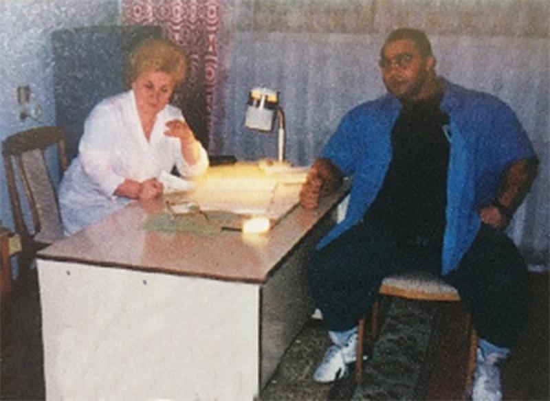 Нассер, как мог, принялся охмурять старшую медсестру