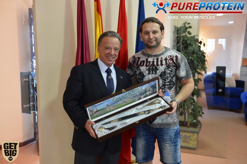 С Президентом IFBB Рафаэлем Сантохой. Вручение подарка от Адама Толдиева.