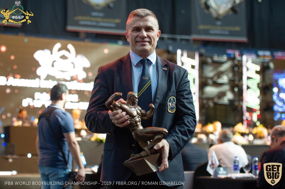 Александр Вишневский с кубком для абсолютного чемпионата мира по бодибилдингу - 2019