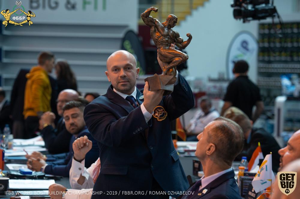 Илья Горошко презентует кубок для абсолютного чемпиона мира по бодибилдингу